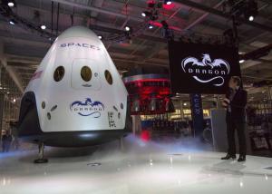 سبيس إكس تعتزم إطلاق رحلة سياحية حول القمر العام المقبل