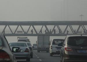 بكين تحظر السيارات الملوثة عند إصدار تحذير تلوث الهواء