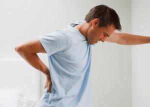آلام الظهر مرتبطة بزيادة خطر السقوط للمسنين