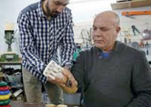ابن يصمم ذراعا صناعية لوالده في قبو منزله بروسيا البيضاء