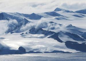 """جبل جليدي هائل يتجه للانفصال عن قارة """"أنتاركتيكا"""""""