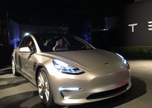 تسلا. تنشر فيديو لكيفية عمل سياراتها الذكيه